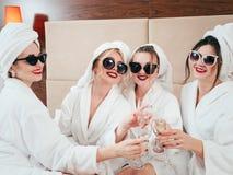 Champagne degli accappatoi delle femmine di rilassamento di svago della stazione termale fotografia stock libera da diritti