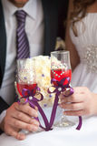 champagne dekorerat dekorativt gifta sig för blommaexponeringsglas Arkivbild