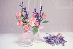 champagne dekorerat dekorativt gifta sig för blommaexponeringsglas Arkivbilder