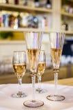 champagne dekorerat dekorativt gifta sig för blommaexponeringsglas Arkivfoton