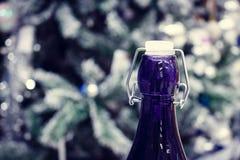 Champagne del ` s del nuovo anno Gola con un tappo blu della bottiglia fotografie stock