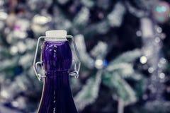 Champagne del ` s del nuovo anno Gola con un tappo blu della bottiglia immagini stock