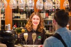 Champagne del servizio della cameriera di bar al mercato di San Miguel, Madrid Fotografie Stock Libere da Diritti
