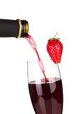 Champagne della fragola che versa giù da una bottiglia Fotografia Stock