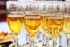 Champagne in den Gläsern auf der Tabelle Stockbild