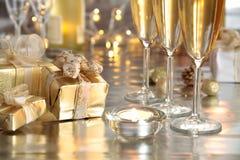 Champagne in den Gläsern, in den Geschenken und in den Leuchten Lizenzfreie Stockfotos