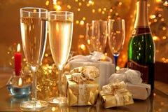 Champagne in den Gläsern, in den Geschenken und in den Leuchten Lizenzfreies Stockbild