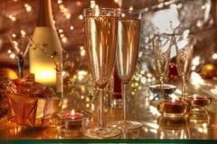 Champagne in den Gläsern, in der Kerze, im Geschenkkasten und in den Leuchten stockfotografie