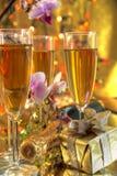 Champagne in den Gläsern, im Geschenk und in den Blumen Stockbilder