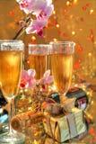 Champagne in den Gläsern, im Geschenkkasten, in den Blumen und in den Leuchten Stockfoto