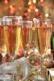 Champagne in den Gläsern, im Geschenkkasten und in den Leuchten stockbild
