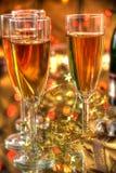 Champagne in den Gläsern, im Geschenkkasten und in den Leuchten lizenzfreie stockfotos
