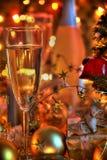 Champagne in den Gläsern, im Geschenkkasten und in den Leuchten stockfotos