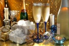 Champagne in den Gläsern, im Geschenkkasten und im lightsChamp stockbild