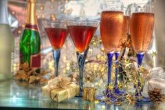 Champagne in den Gläsern, im Wein, in den Geschenken und in den Leuchten lizenzfreies stockbild