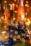 Champagne in den Gläsern und in den Blumen. stockbild