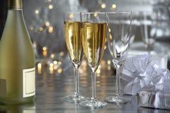 Champagne in den Gläsern und in den Geschenken lizenzfreie stockfotografie
