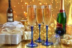 Champagne in den Gläsern und in den Geschenkkästen. lizenzfreies stockfoto