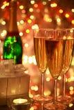 Champagne in den Gläsern und in den Leuchten Stockfotos
