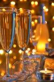 Champagne in den Gläsern und in den Leuchten auf Hintergrund. Lizenzfreie Stockfotos
