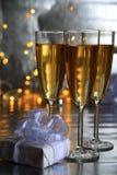 Champagne in den Gläsern und im Geschenkkasten lizenzfreie stockbilder