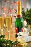 Champagne in den Gläsern und im grünen Zweig stockbild