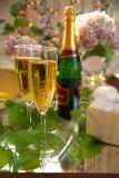 Champagne in den Glas- und Weinstockblättern Stockfoto