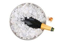 Champagne in der obenliegenden Ansicht des Eises lizenzfreie stockfotos