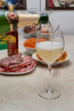 Champagne derramou dentro um vidro na tabela do feriado Imagem de Stock Royalty Free