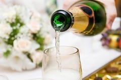Champagne di versamento Fotografie Stock