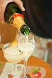 Champagne di versamento Fotografia Stock