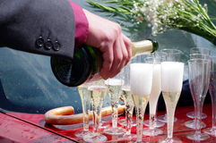 Champagne di versamento Immagini Stock