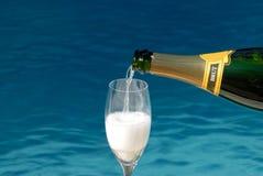 Champagne di versamento fotografie stock libere da diritti