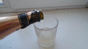 Champagne di versamento dalla bottiglia nel vetro video d archivio