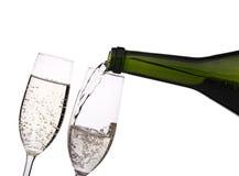 Champagne di versamento nel vetro Fotografie Stock Libere da Diritti
