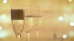 champagne di versamento dalla bottiglia nell'flauto archivi video
