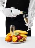 Champagne di versamento del cameriere in vetro Fotografia Stock Libera da Diritti