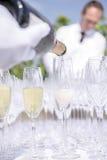 Champagne di versamento nei vetri Fotografia Stock Libera da Diritti
