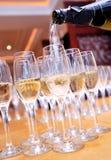 Champagne di versamento in un vetro Fotografie Stock