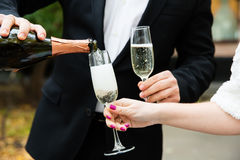 Champagne di versamento in un vetro Fotografia Stock Libera da Diritti