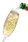Champagne, die in ein Glas gießt. stockbild