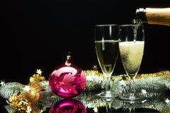 Champagne, die in Gläser gießt Stockfotografie