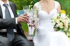 Champagne do noivo e da noiva nos vidros de Foto de Stock Royalty Free