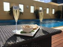 Champagne door de pool Stock Afbeelding