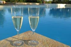 Champagne door het zwembad stock afbeelding