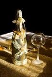 Champagne dorato della bottiglia e calice vuoto Immagine Stock Libera da Diritti