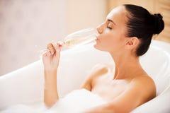 Champagne e banho de espuma Fotografia de Stock