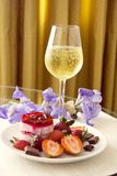 Champagne e bolo de queijo da morango Fotografia de Stock Royalty Free