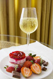 Champagne e bolo de queijo da morango Imagem de Stock Royalty Free