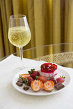 Champagne e bolo de queijo da morango Foto de Stock